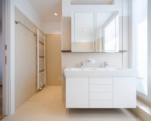Bad: moderne Badezimmer von Kathameno Interior Design e.U.