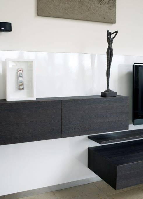 Moderne Wohnwand in Hochglanz weiß und Holzdekor by Schreinerei ...