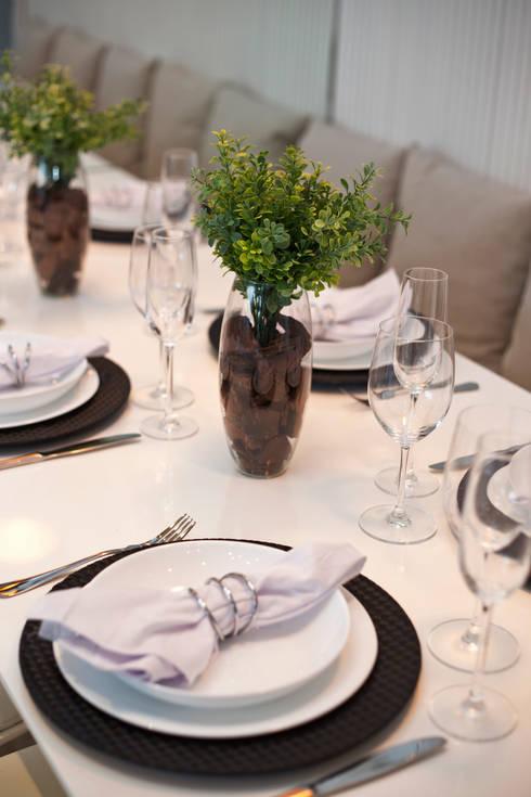 Dining room by Chris Silveira & Arquitetos Associados