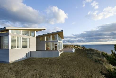 Modern beach house in the dunes: modern Houses by ZeroEnergy Design