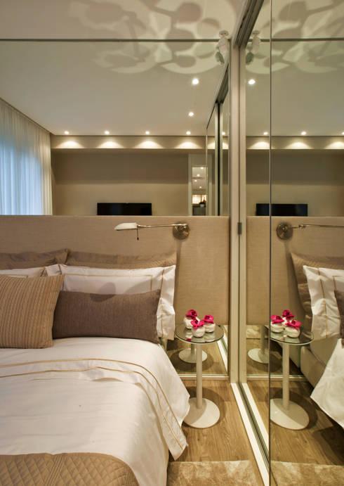 غرفة نوم تنفيذ Chris Silveira & Arquitetos Associados