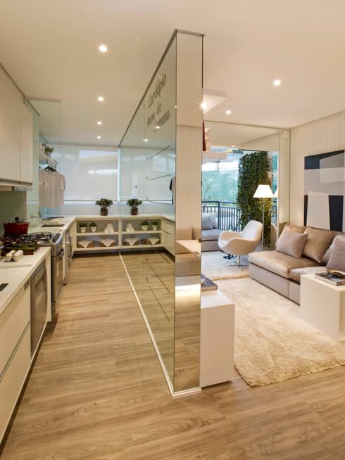 Kitchen by Chris Silveira & Arquitetos Associados