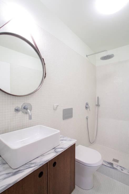 REMODELAÇÃO APARTAMENTO DUPLEX: Casas de banho  por fernando piçarra fotografia