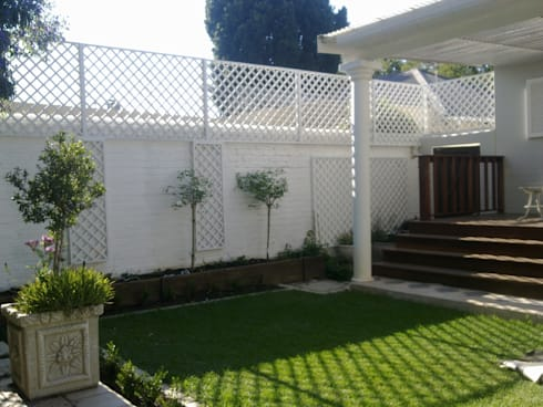 SCREEN ABOVE WALL: modern Houses by Oxford Trellis