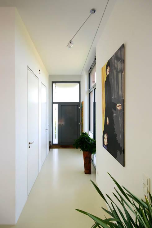 Corridor, hallway by ARCHITEKTEN BRÜNING REIN