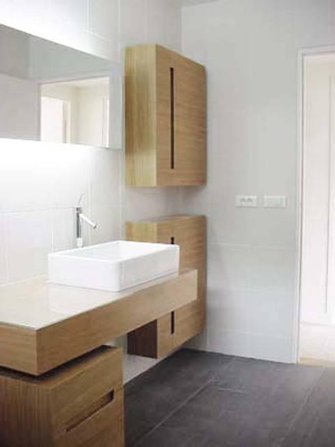 Appartement Neuilly sur Seine: Salle de bains de style  par 111 architecture