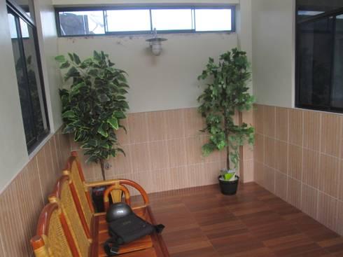 Mini departamentos: Salas / recibidores de estilo moderno por Okarq