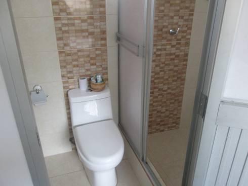 Mini departamentos: Baños de estilo moderno por Okarq
