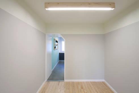 Remodelação T2+1 Duplex Mouraria: Salas de jantar ecléticas por BL Design Arquitectura e Interiores