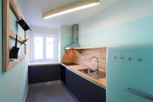 Remodelação T2+1 Duplex Mouraria: Cozinhas ecléticas por BL Design Arquitectura e Interiores