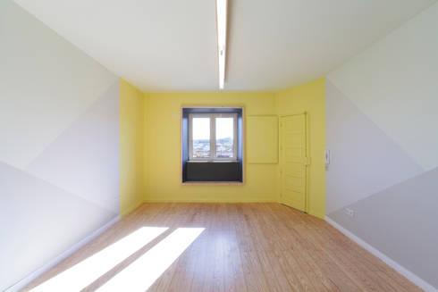 Remodelação T2+1 Duplex Mouraria: Salas de estar ecléticas por BL Design Arquitectura e Interiores