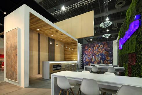 Stand Poligonos - Local 10 Arquitectura: Estudios y oficinas de estilo moderno por Local 10 Arquitectura