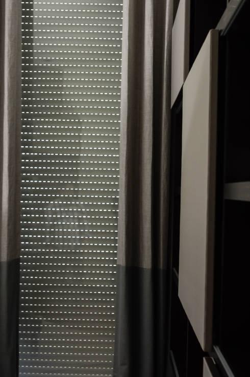 Persiana cerrada con lamas abiertas: Puertas y ventanas de estilo moderno por Fensteq