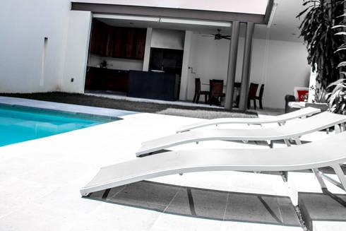 San Angel: Albercas de estilo minimalista por 2M Arquitectura