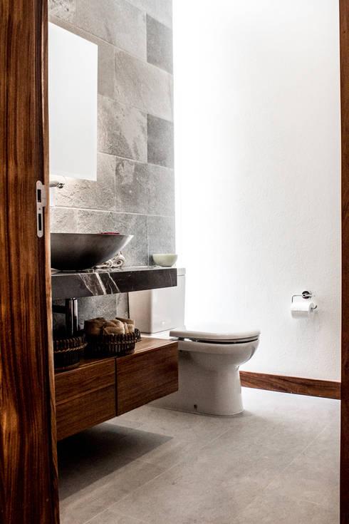 Baños de estilo moderno por 2M Arquitectura