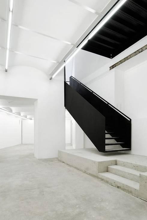 Escada Metálica Sublime: Espaços comerciais  por Kapp Industrial do Brasil