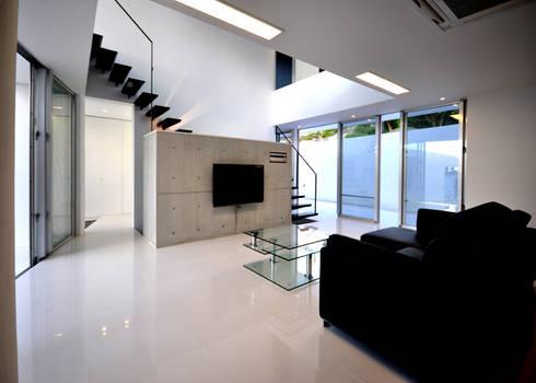 HG-HOUSE IN GINOWAN: 門一級建築士事務所が手掛けたリビングです。