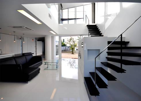 HG-HOUSE IN GINOWAN: 門一級建築士事務所が手掛けた廊下 & 玄関です。