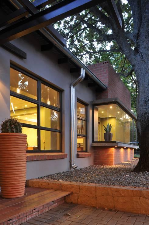 The Oak Tree Studio, Bloemfontein: industrial Houses by Reinier Brönn Architects & Associates