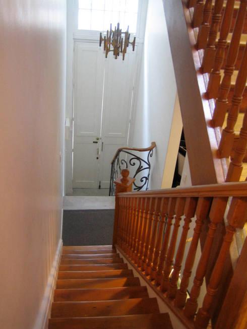 Balmori Decor : Pasillos y recibidores de estilo  por Erika Winters Design