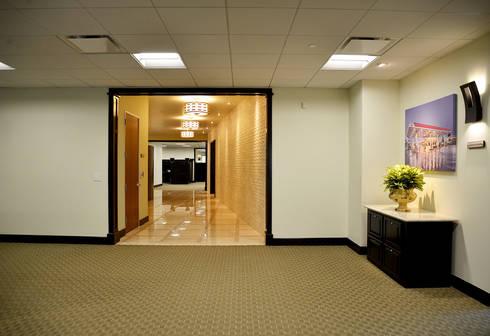 Canwood Office Project Agoura Hills CA: Oficinas y tiendas de estilo  por Erika Winters Design