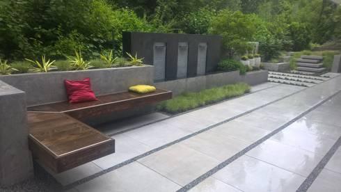 Moderne terrasse mit wasserfall sitzbank und treppenstufen von neues gartendesign by wentzel - Terrassen abtrennung ...