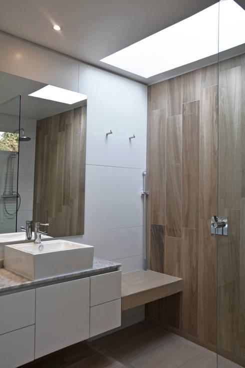 CASA LZ.: Baños de estilo mediterraneo por ESTUDIO BASE ARQUITECTOS