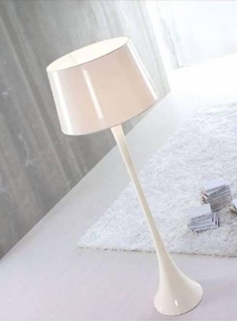 Candeeiros de pé Floor lamps www.intense-mobiliario.com  CONIC GLOSS : Casa  por Intense mobiliário e interiores;
