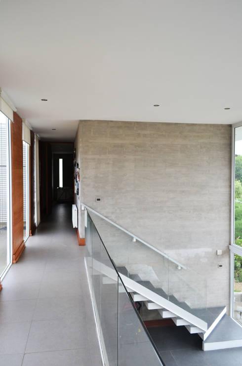 CASA P65: Pasillos y hall de entrada de estilo  por ESTUDIO BASE ARQUITECTOS