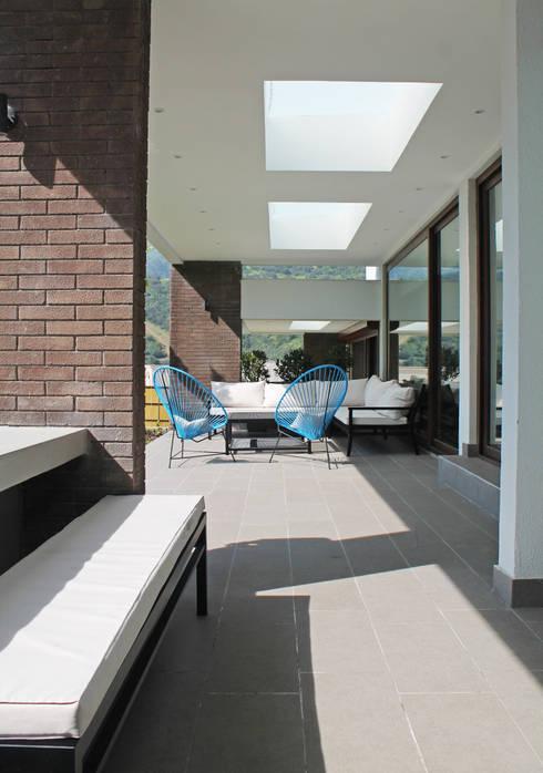 CASA LOS LITRES: Terrazas  de estilo  por ESTUDIO BASE ARQUITECTOS
