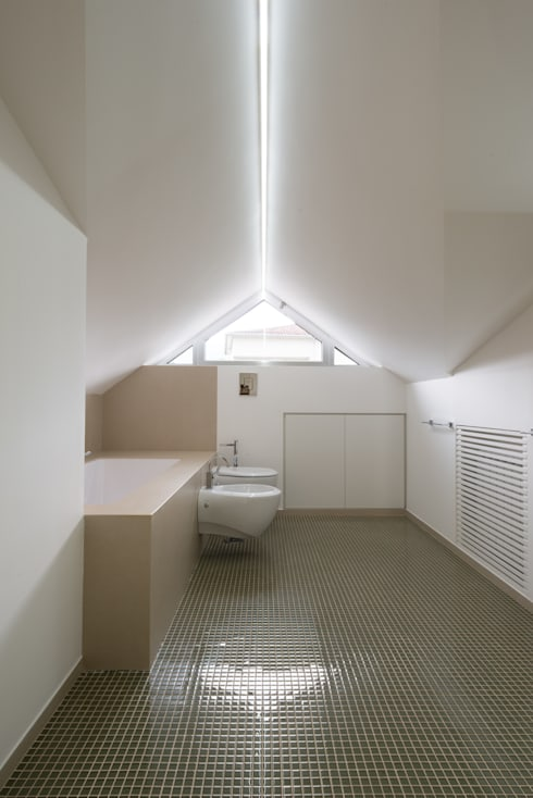 Una casa su due livelli II: Bagno in stile  di Mario Ferrara