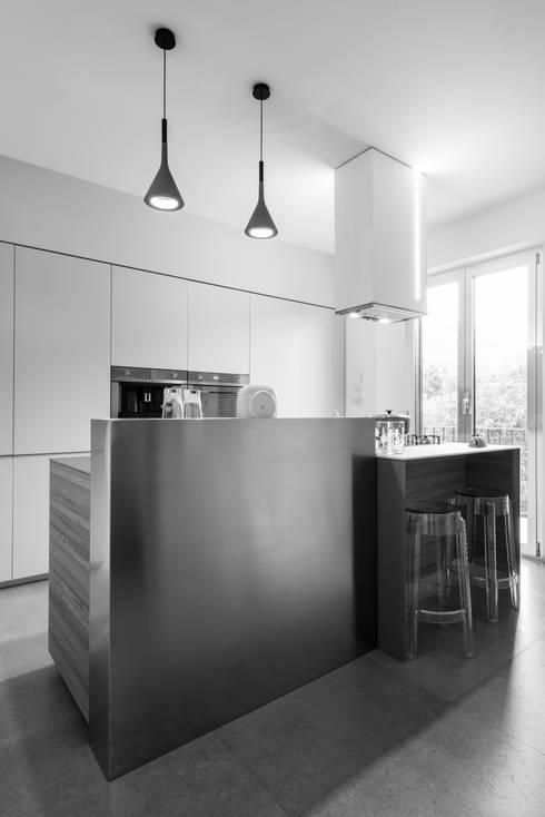 Una casa su due livelli II: Cucina in stile  di Mario Ferrara
