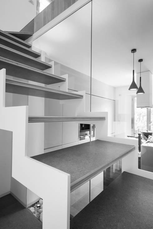 Una casa su due livelli II: Ingresso & Corridoio in stile  di Mario Ferrara