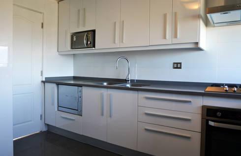 DEPTO. PSV.: Cocinas de estilo moderno por ESTUDIO BASE ARQUITECTOS