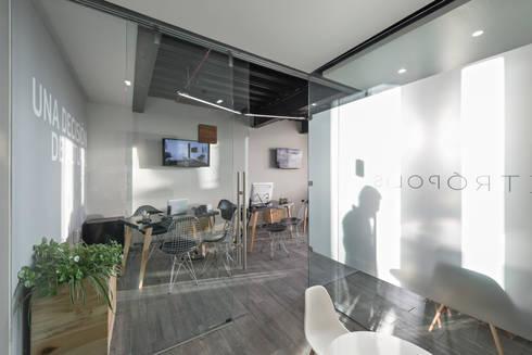 Showroom Punta Cascatta : Oficinas y tiendas de estilo  por MX Taller de Arquitectura & Diseño