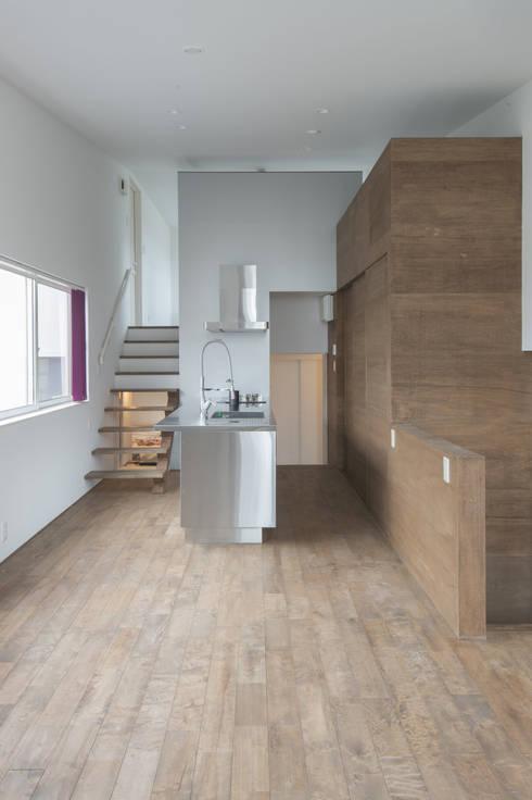 リビングからキッチンをみる01: 加藤淳一級建築士事務所が手掛けたキッチンです。