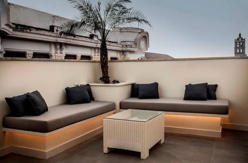 Terraza en atico con piscina y pergola de senza espacios - Pergola terraza atico ...