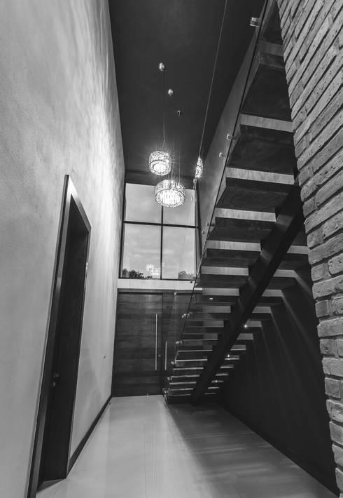 Vistas del Sol: Pasillos y recibidores de estilo  por 2M Arquitectura