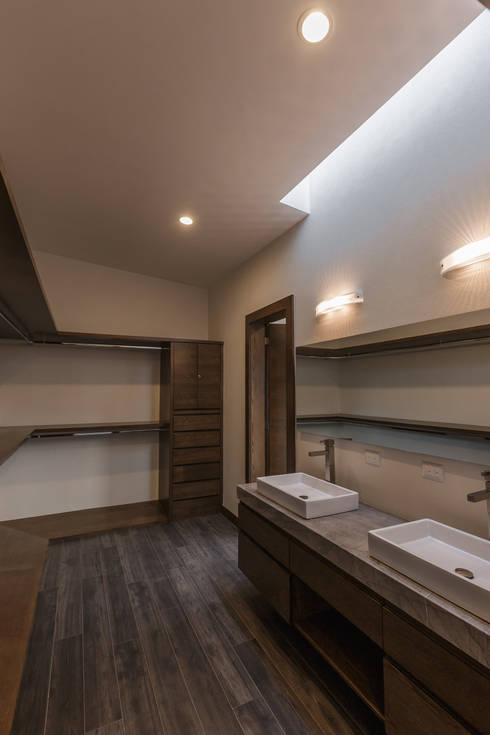 Vistas del Sol: Baños de estilo  por 2M Arquitectura