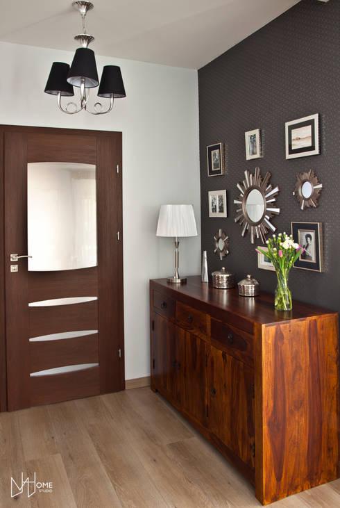 Salon po metamorfozie, strefa wejściowa: styl , w kategorii Salon zaprojektowany przez Mhomestudio