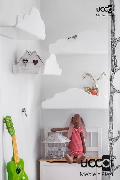 Półki - chmurki z mlecznej plexi UCCOI®: styl , w kategorii Pokój dziecięcy zaprojektowany przez UCCOI® producent mebli i dekoracji z plexi