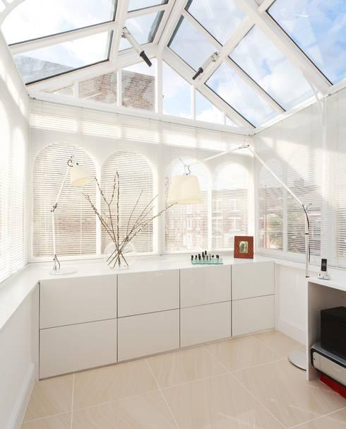 Aproveitar espaços escondidos: Cozinhas modernas por Architect Your Home