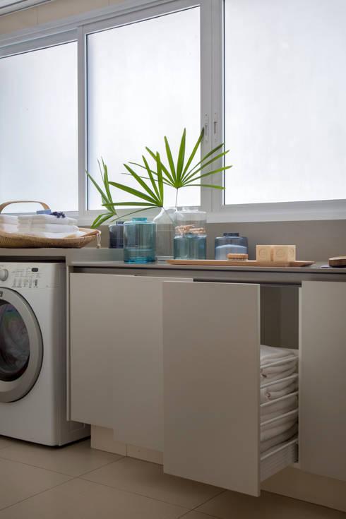 Lavanderia: Cozinhas minimalistas por Hobjeto Arquitetura