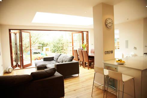 Aumenta a família, aumenta a casa : Salas de estar modernas por Architect Your Home