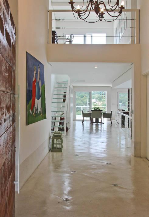 Hall de Entrada: Corredores e halls de entrada  por IDALIA DAUDT Arquitetura e Design de Interiores