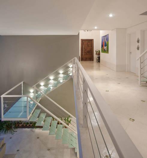 Escada : Corredores e halls de entrada  por IDALIA DAUDT Arquitetura e Design de Interiores