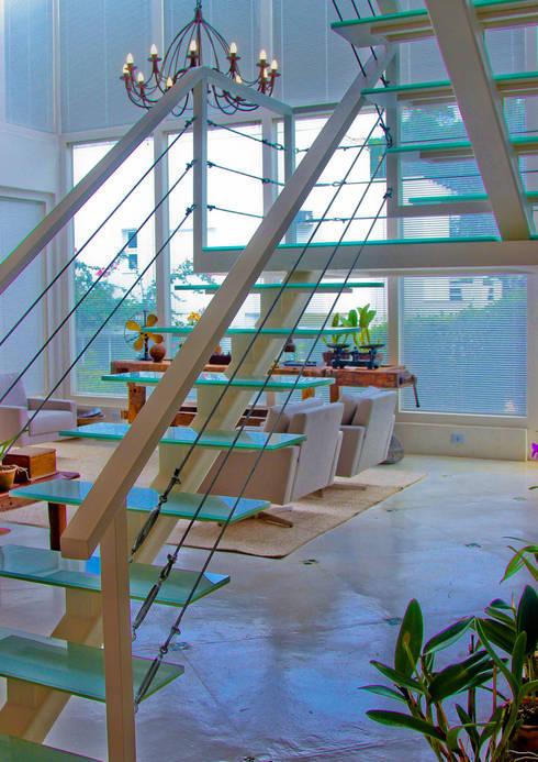 Escada: Corredores e halls de entrada  por IDALIA DAUDT Arquitetura e Design de Interiores