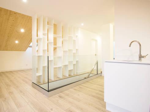 Sótão da Família Maia: Corredores, halls e escadas escandinavos por Homestories