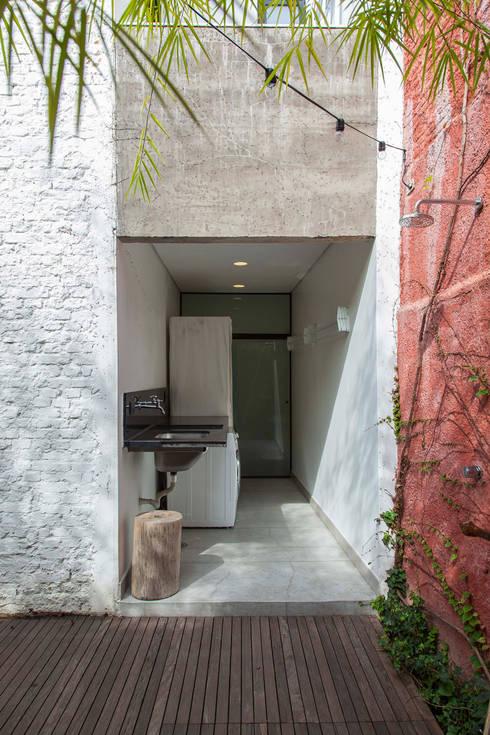 CASA PINHEIROS: Casas modernas por ivan ventura arquitetura