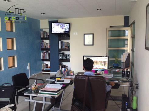 Oficinas: Estudios y oficinas de estilo moderno por ARCO +I